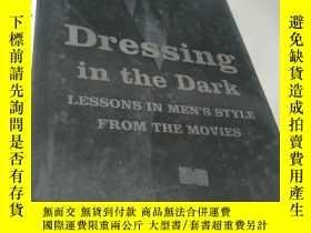 二手書博民逛書店Dressing罕見in the Dark: Lessons i