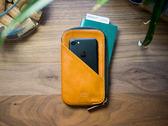 【出國便利】alto 皮革手機收納包 - 焦糖棕【可加購客製雷雕】皮革保護套 護照夾 手拿包