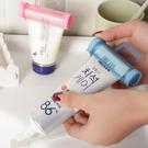 吸盤式擠牙膏器 洗面乳 可掛 手動 淺水艇 懸掛 洗漱 衛浴 小物 創意【J033-4】米菈生活館