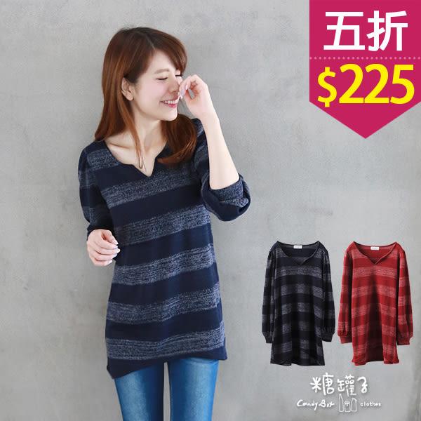 【五折價$225】糖罐子寬條小V開領前短後長針織衫→現貨【E34952】