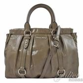 茱麗葉精品【全新現貨】MIU MIU 5BA383 浮雕 LOGO 綁帶束口手提兩用包.灰棕