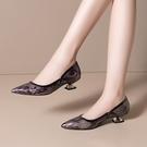 手工真皮大尺碼女鞋34-43 2020新款歐美優雅印花牛漆皮拼色尖頭淺口中跟鞋 OL工作鞋 通勤鞋~2色