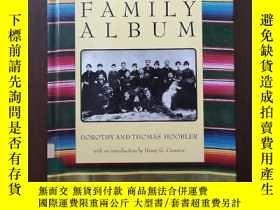 二手書博民逛書店The罕見Mexican American Family Album (American Family Album