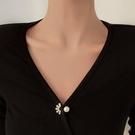 胸針 簡約氣質珍珠胸針高檔女日潮個性防走光扣衣服配飾可愛別針【快速出貨八折鉅惠】