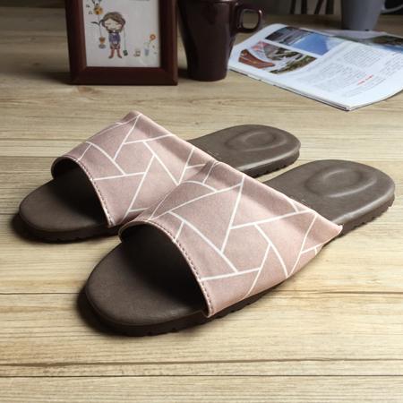 台灣製造-品味系列-布面皮質室內拖鞋-幾何-藕褐