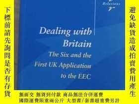 二手書博民逛書店Dealing罕見with Britain: The Six and the First UK Applicati