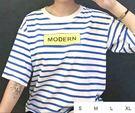 EASON SHOP(GU1349)藍白條紋英文方塊印刷字母圓領短袖T恤女上衣白棉T海軍風女落肩內搭衫閨密裝