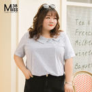 Miss38-(現貨)【A05811】大尺碼短袖襯衫 藍白條紋 不對襯領口上衣 無彈顯瘦 設計感-中大尺碼女裝
