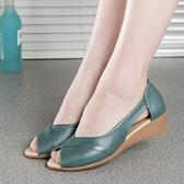 魚口鞋媽媽鞋涼鞋女夏真皮軟底坡跟中跟休閒魚嘴鞋大碼女鞋43新款2021 童趣屋  新品