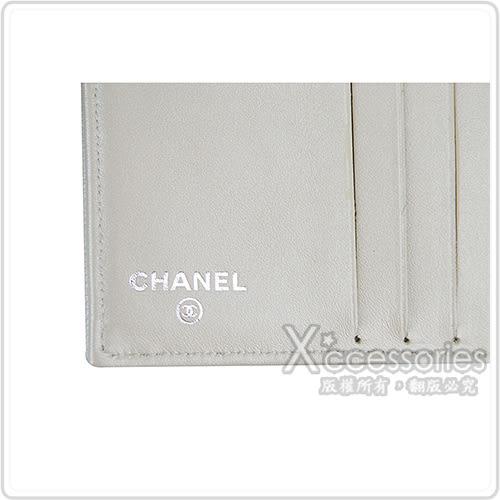 CHANEL 經典雙C銀釦LOGO魚子醬牛皮扣式短夾(銀)