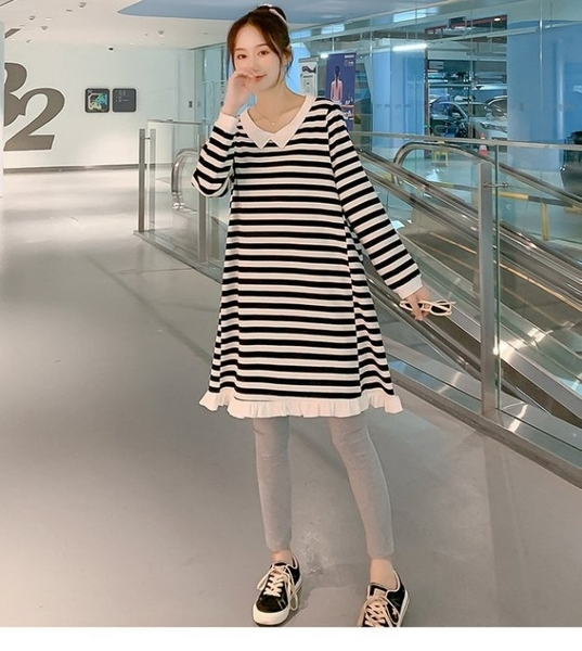 漂亮小媽咪 荷葉邊 連身裙【D2399】韓系 翻領 條紋 寬鬆 親膚 長袖 洋裝 孕婦裝 長版衣