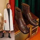 真皮大尺碼女鞋34-43 2020新款法式優雅百搭金屬字母扣方頭中跟時裝靴 短靴子~2色