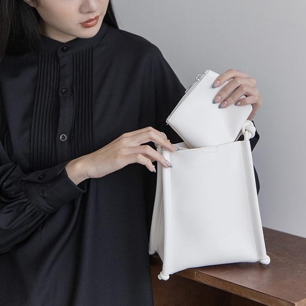 Queen Shop【06010389】柔軟皮質綁帶扭結造型方包附小包 兩色售*現+預*