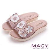 MAGY 夏日甜心 皮革花朵寬版布面厚底涼鞋-粉紅