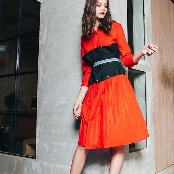 WHO CARES x Daniel Wong。釋放系列腰封馬甲式壓褶襯衫洋裝(紅)