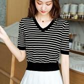 小款上衣短款設計感女小眾黑白條紋v領寬鬆氣質高腰冰絲針織t恤夏【快速出貨】