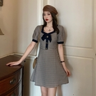 VK精品服飾 法式復古泡泡袖溫柔風格紋蝴蝶結方領桔梗裙短袖洋裝