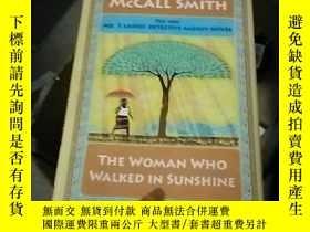 二手書博民逛書店The罕見Woman Who Walked in Sunshin