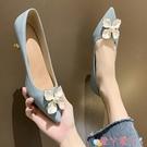 低跟鞋 2021早春珍珠花朵尖頭平底鞋淺口低跟米白色溫柔仙女鞋淑女單鞋 愛丫 新品
