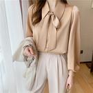 VK精品服飾 韓國風奶駝色繫帶蝴蝶結燈籠袖緞面襯衫高級質感chic長袖上衣