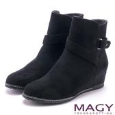 MAGY 簡約率性風 斜細條帶造型低跟短靴-黑色
