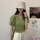 熱賣泡泡袖上衣 綠色短袖t恤女夏裝2021新款氣質設計感綁帶收腰泡泡袖短款上衣 coco