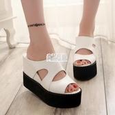 【免運】一字拖鞋女夏季平底時尚坡跟厚底鬆糕防滑沙灘涼拖鏤空魚嘴涼鞋黑