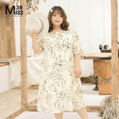 Miss38-(現貨)【A03236】大尺碼雪紡洋裝 優雅白底花 領口綁帶 五分短袖 過膝長版連身裙-中大碼尺