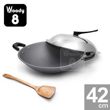 (買一送二) Woody 8 純手工鑄造鈦合金不沾炒鍋 42cm (雙耳) 含鍋蓋+木煎匙【送】專用棕刷+無磷洗碗皂