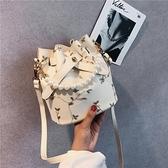 夏季新款女包時尚蕾絲水桶包錬條網紅包手機小包包百搭側背包 夢幻衣都