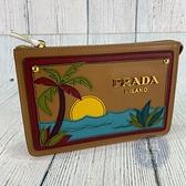 BRAND楓月 PRADA 普拉達 1N1796 焦糖色 防刮 立體椰子樹 海邊 手拿包 隨身小包