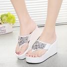 夏季女潮平底新款厚底楔形人字拖鞋鬆糕跟防滑拖鞋水鑚夾趾涼拖