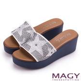 MAGY 迷人耀眼時尚 星星排鑽寬版牛皮厚底涼拖鞋-白色
