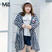 Miss38-(現貨)【A07048】可愛深藍白條 大尺碼連帽外套 中長版 喇叭袖 輕薄 拉鍊開衫- 中大尺碼女裝