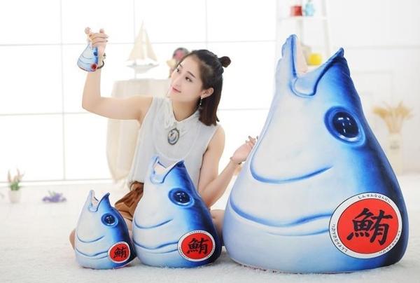 【32公分】創意仿真黑鮪魚抱枕 金槍魚娃娃 聖誕節交換禮物 生日禮物 生魚片料理裝飾擺設布置
