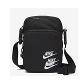 Nike HERITAGE SMIT WRLD TR 黑色 小勾勾 側背包 斜背包 DH3080-010