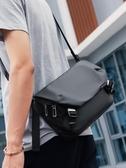 斜背包 2020新款側背包男士包包潮牌斜背包休閒郵差包工裝小背包 伊蘿