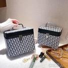 新款化妝包韓國復古D字母手提化妝箱網紅同款化妝品收納包小方包 快速出貨