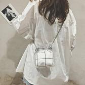 水桶包  夏天小包包女2018新款潮流百搭單肩包塑膠透明包鍊條斜挎水桶包  蒂小屋服飾