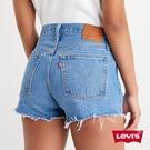 Levis 女款 501中腰排釦牛仔短褲 / 中藍水洗 / 不收邊
