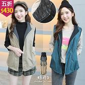 【五折價$430】糖罐子純色釘釦側口袋連帽英字拉鍊背心外套→預購【E58920】