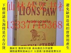 二手書博民逛書店【罕見】Dust in the Lion s Paw: Auto
