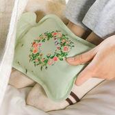 ✭慢思行✭【P618】花環印花熱水袋 注水式 灌水 防爆 防漏 暖手袋 便攜 PVC 暖暖包