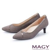 MAGY 鏡面牛皮滾邊絨布尖頭 女 中跟鞋 灰色