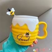 馬克杯可愛卡通蜜蜂水杯子少女心學生陶瓷杯帶蓋勺吸管馬克杯創意ins萌 愛丫