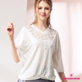 【SHOWCASE】蕾絲V領拼接寬版蝙蝠袖棉質上衣(白)