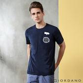 【GIORDANO】男裝單邊口袋趣味印花T恤-08 標誌海軍藍