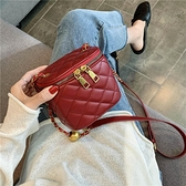 今年流行的小包包超火水桶包女小ck新款網紅潮2021爆款斜背包獨特 韓國時尚週