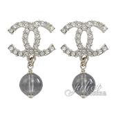 CHANEL AB5338 水鑽鑲嵌雙C LOGO珠珠垂飾耳環.銀 全新 現貨【茱麗葉精品】