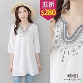 【五折價$280】糖罐子小V領刺繡長版棉麻上衣→白 預購【E49236】